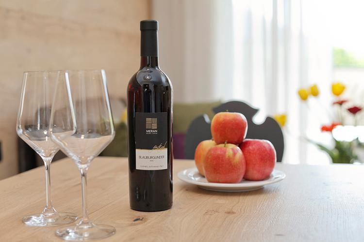 Wine from the Meran Winery & South Tyrolean apples