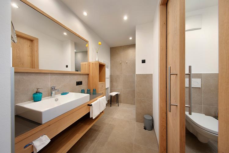 Bathroom with shower and WC/bidet separated by a door