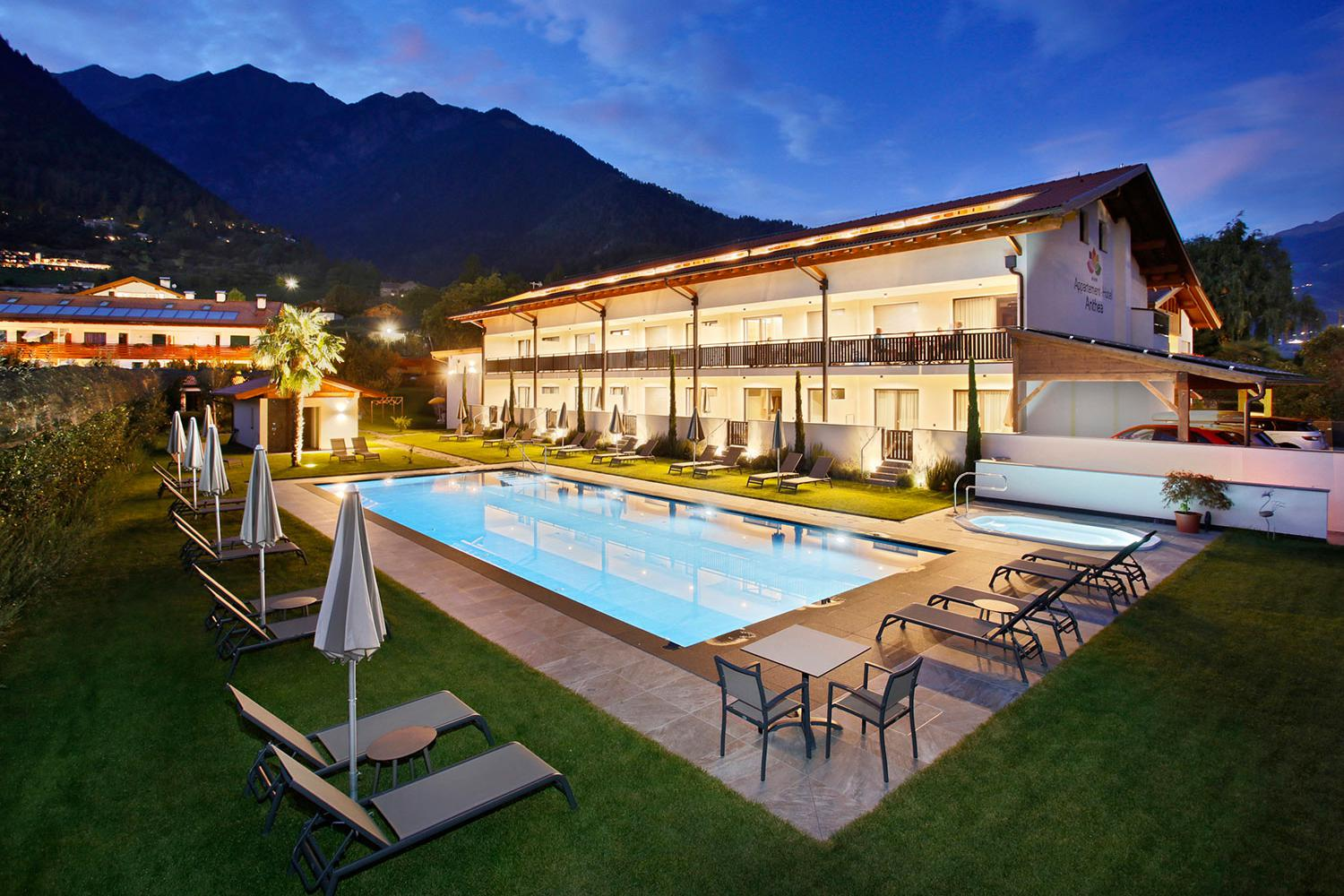 Appartement-Hotel Anthea & Pool bei Nacht